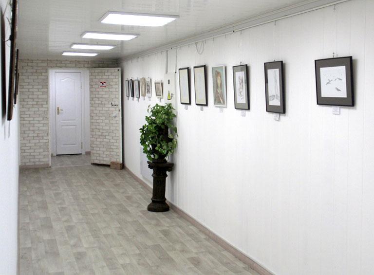 Белый зал арт-галереи